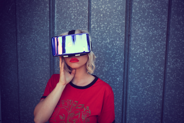 En tjej som har på sig ett VR-headset och poserar